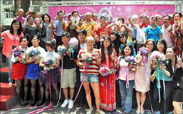 1對結婚逾60年的金婚夫妻,昨以抽捧花方式替未婚男女「幸福傳承」。